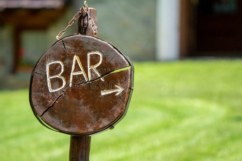 Aanwijzing om de bar te bereiken royalty-vrije stock afbeeldingen
