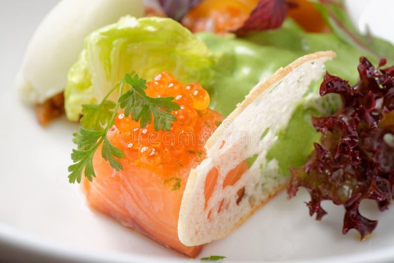 Aanzet met zalm tartare, Kaviaar en salade royalty-vrije stock afbeeldingen