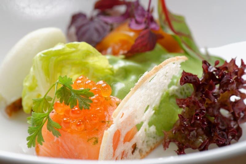 Aanzet met zalm tartare, Kaviaar en salade royalty-vrije stock foto