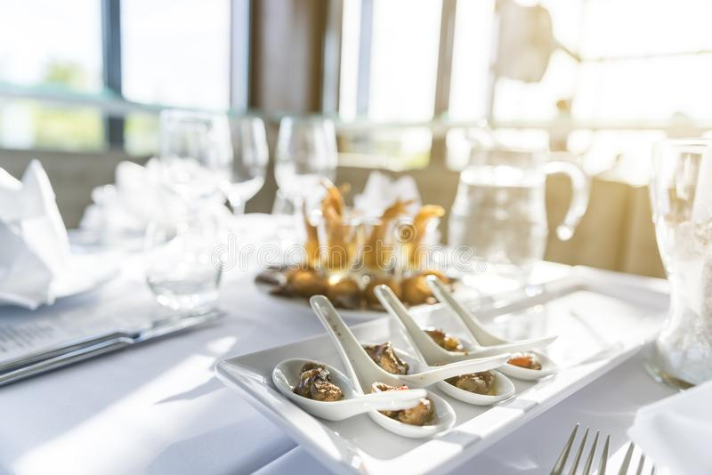 Aanzetschotel op een lijst in een restaurant bij een gebeurtenis wordt gediend die royalty-vrije stock afbeelding