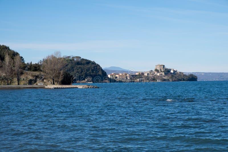 Aanzicht op Capodimonte, Bolsena-meer, Lazio, Italië royalty-vrije stock foto's