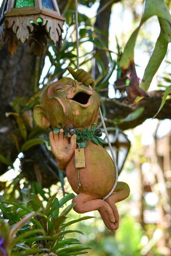 Aap op een boom in de aard stock afbeeldingen