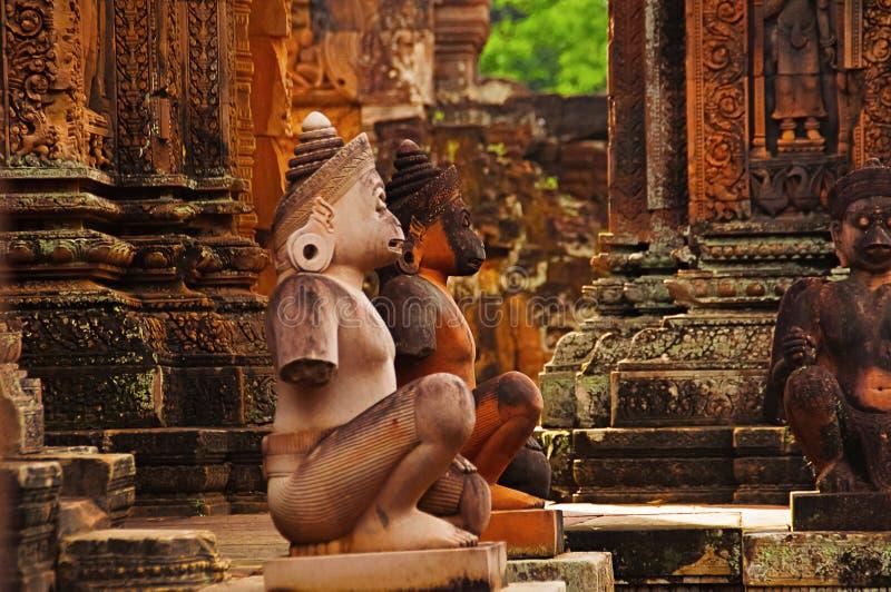 Aapstandbeelden voor tempel De Tempel van Srei van Banteay, Angkor, Kambodja stock fotografie