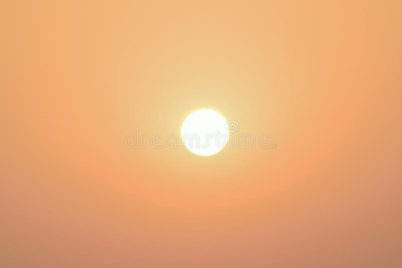 Aard achtergrond glanzende ochtendzon met zonnegloed stock foto