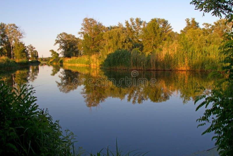 Aard dichtbij de pieken, rivierlandschappen stock foto