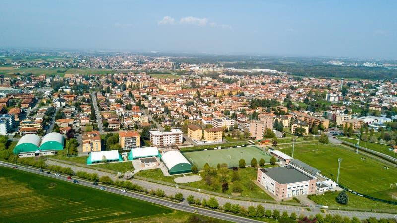 Aard en landschap, gemeente van Solaro, Milaan: Luchtmening van een gebied, huizen en huizen, Italië stock afbeeldingen
