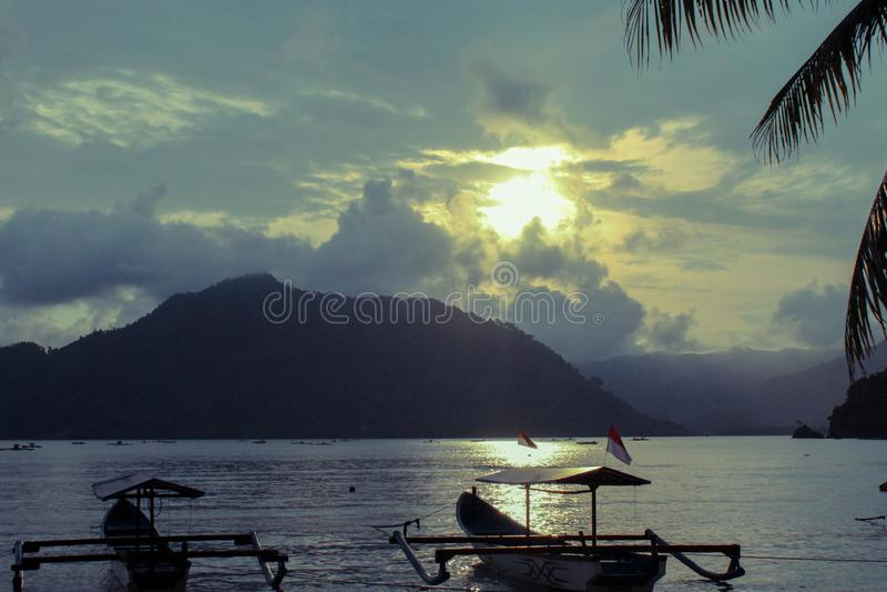 Aard - Mooi landschap bij zonsondergang met bergen stock afbeeldingen