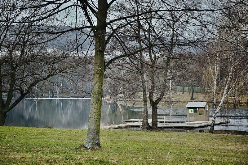 Aard rond Kamencove-het meer van de jezeroaluin met een eerste hulppost buiten het toeristenseizoen in Tsjechische stad van Chomu stock fotografie