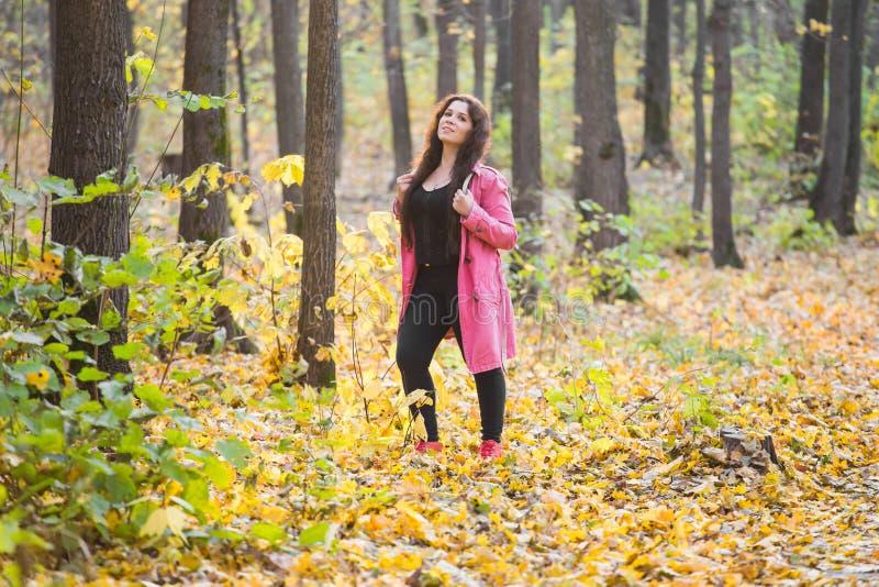 Aard, seizoen en manierconcept - Portret van mooi plus groottevrouw in roze laag stock afbeelding