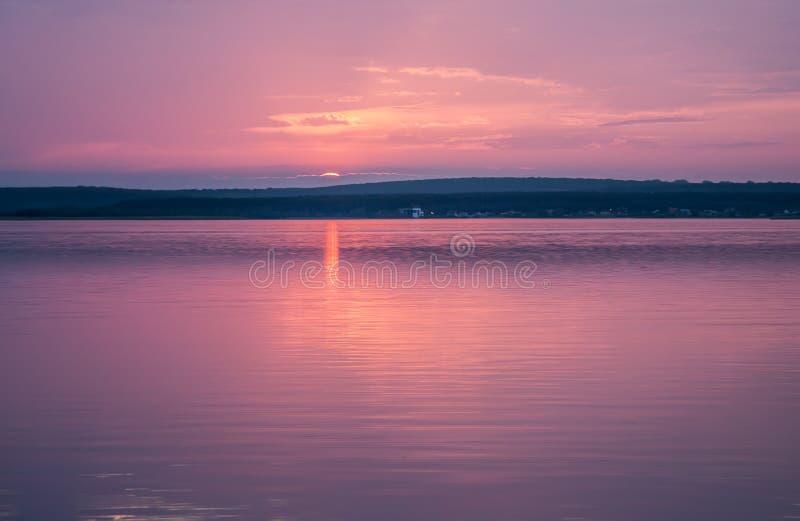 Aard tijdens schemeringperiode die het omvatten van zonsopgang over het overzees en het aardige strand stock fotografie