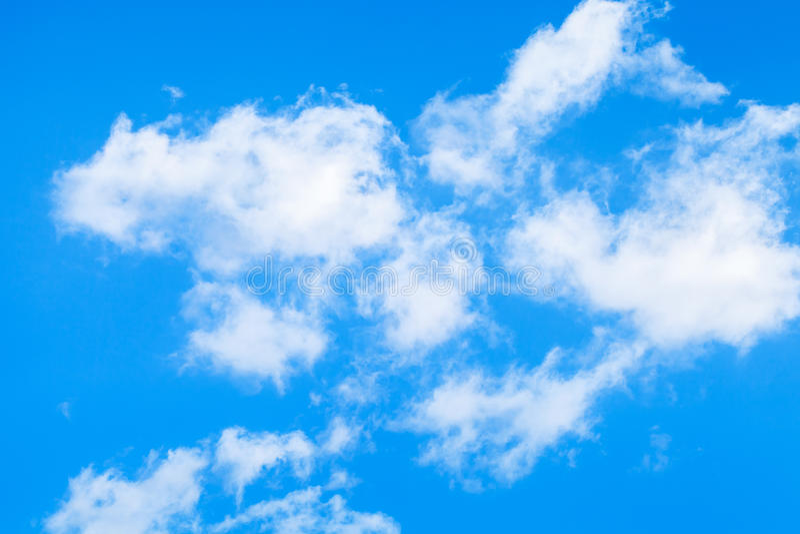 Aardachtergrond, witte wolken over blauwe hemel royalty-vrije stock foto