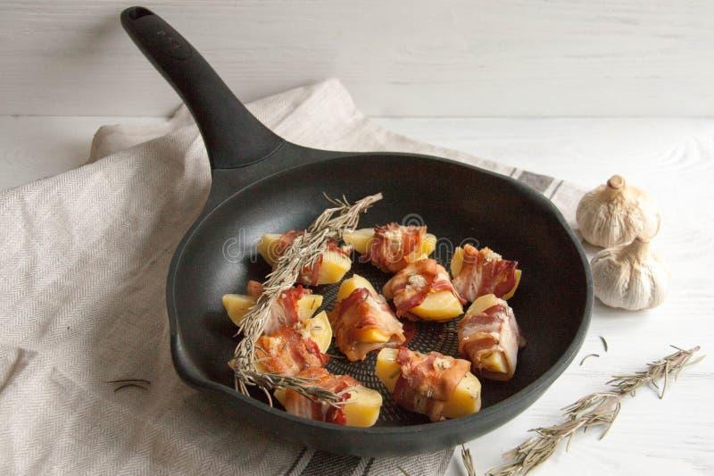 Aardappel in de schil in bacon wordt verpakt dat royalty-vrije stock foto
