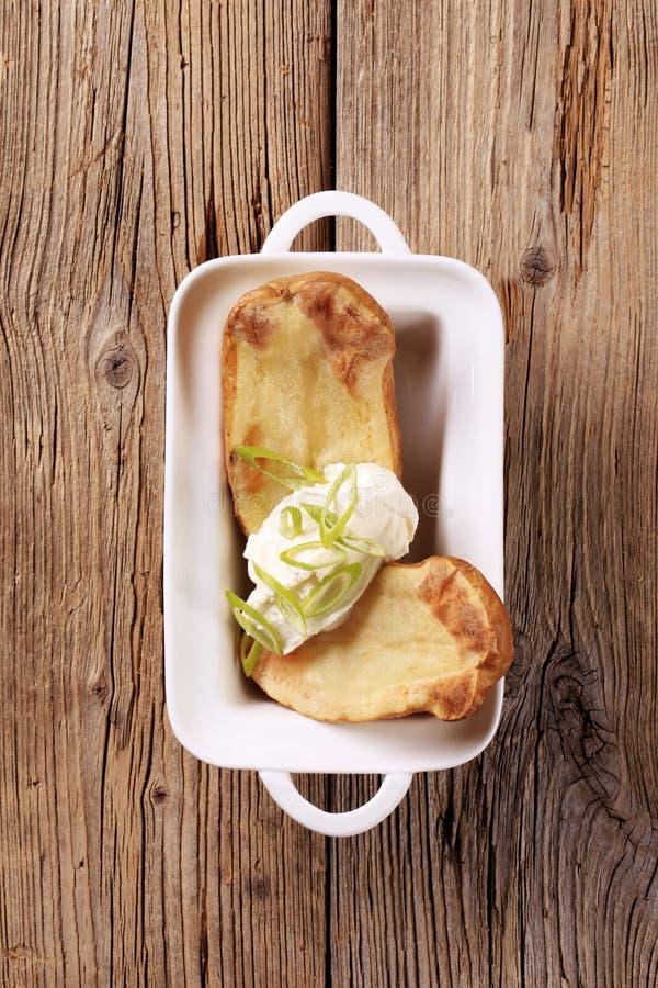 Aardappel in de schil en roomkaas stock fotografie