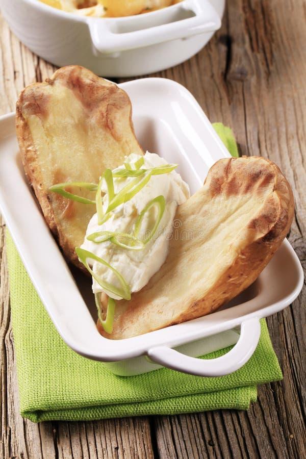 Aardappel in de schil en roomkaas stock foto's