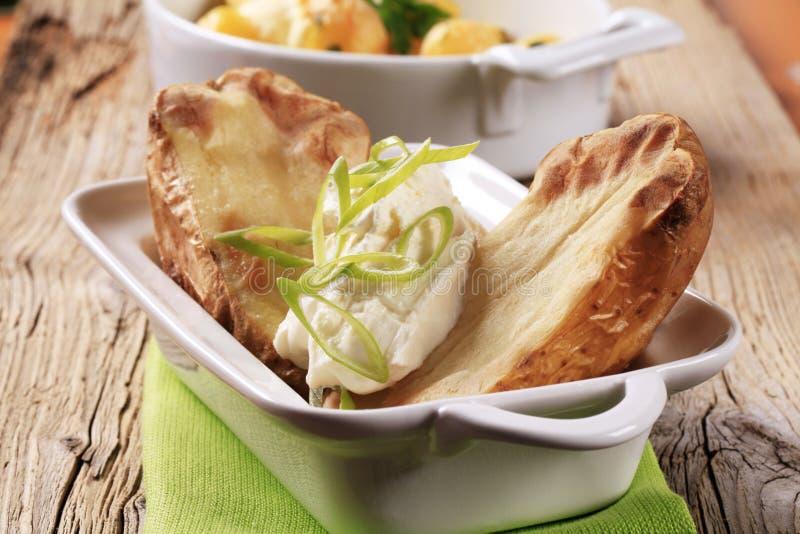 Aardappel in de schil en roomkaas royalty-vrije stock fotografie