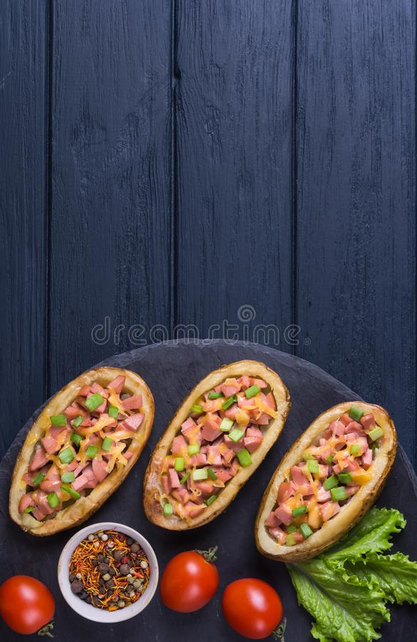 Aardappel in de schil met worst stock fotografie