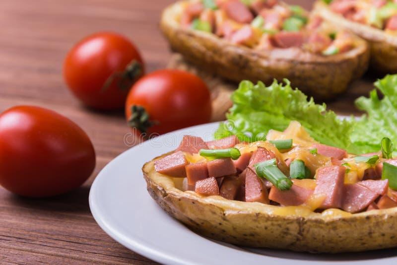 Aardappel in de schil met worst royalty-vrije stock afbeelding