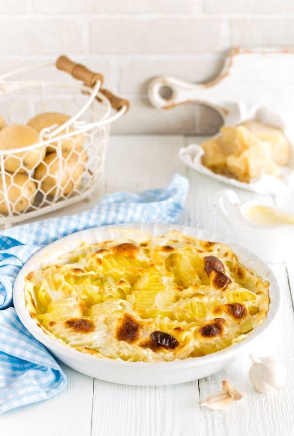Aardappel in de schilgratin met knoflook, room en parmezaanse kaaskaas royalty-vrije stock afbeelding