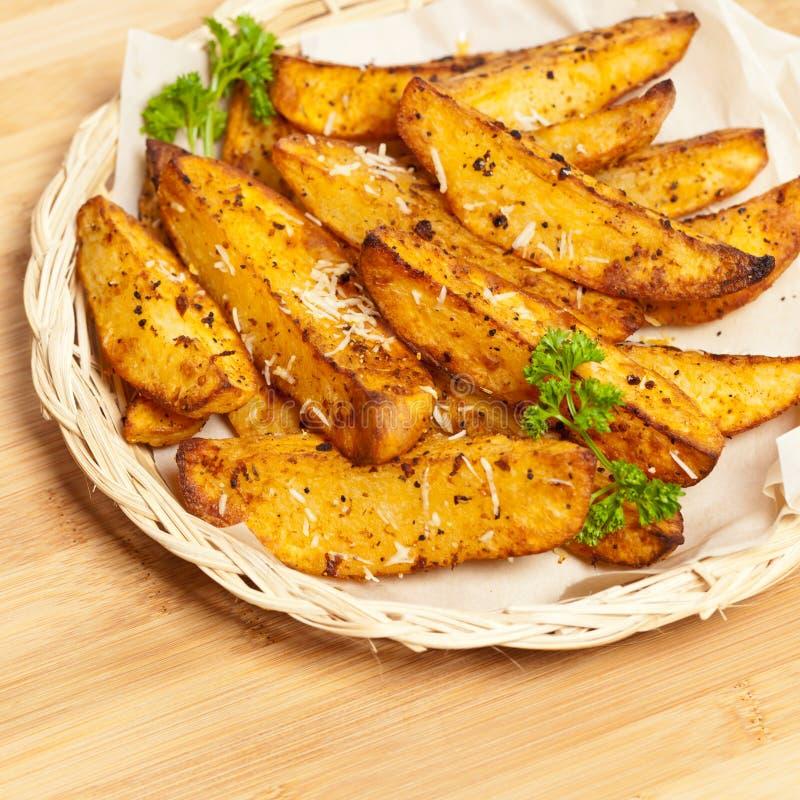 Aardappel in de schilwiggen met Parmezaanse kaas royalty-vrije stock afbeelding