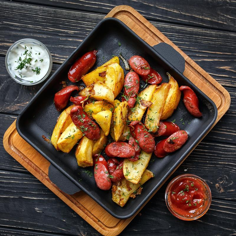 Aardappel die met worsten en met kruiden wordt gebakken royalty-vrije stock foto's