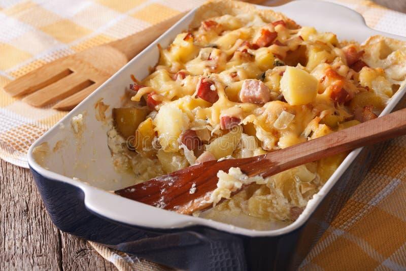 Aardappel met bacon en kaas dichte omhooggaand in bakselschotel horizontaal stock afbeeldingen