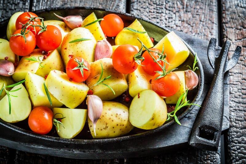 Aardappel met rozemarijn en knoflook klaar aan grill stock foto's