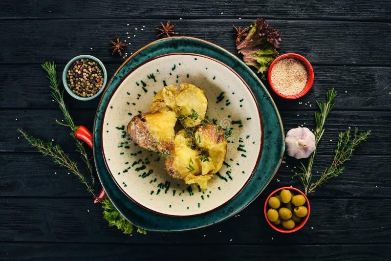 Aardappel met rozemarijn wordt gebakken die versier stock afbeeldingen