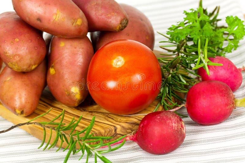 Aardappel, tomatenstapel raw.close omhoog. royalty-vrije stock foto