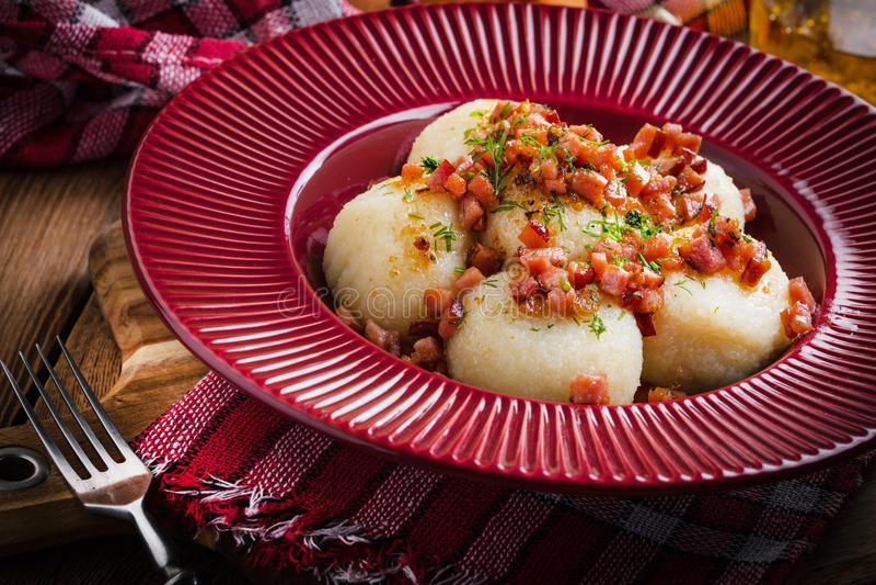 Aardappelbollen met bacon stock foto