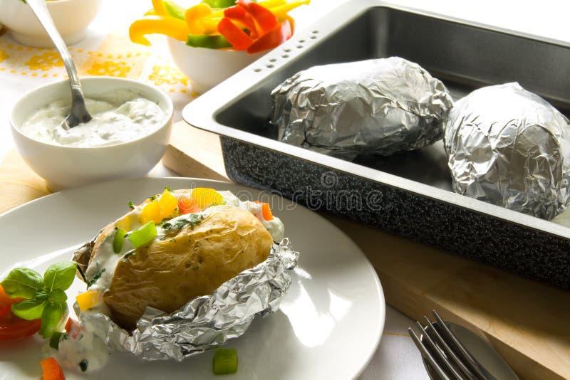 Aardappelen in de schil stock afbeeldingen