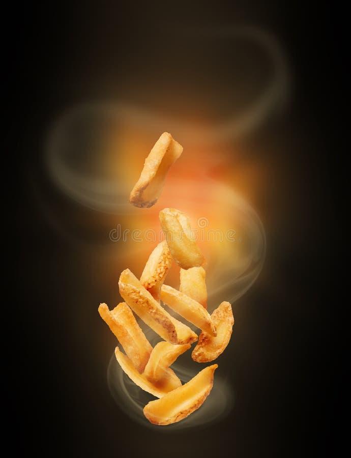 Aardappelen in de schil met hete stoom in dark royalty-vrije stock afbeelding