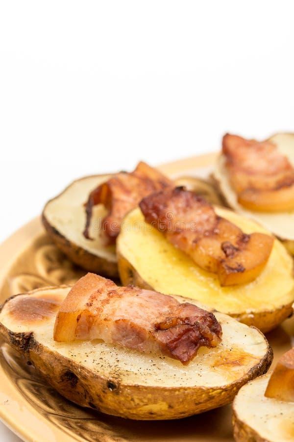 Aardappelen in de schil met huid en bacon op het royalty-vrije stock fotografie