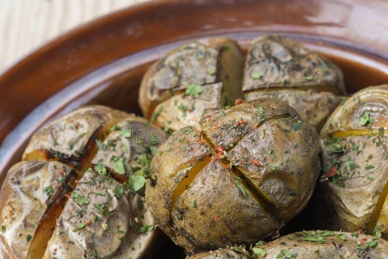 Aardappelen in de schil met Kruiden royalty-vrije stock foto's
