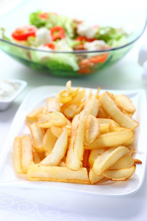 Aardappelen in de schil met onderdompeling en plantaardige salade royalty-vrije stock foto