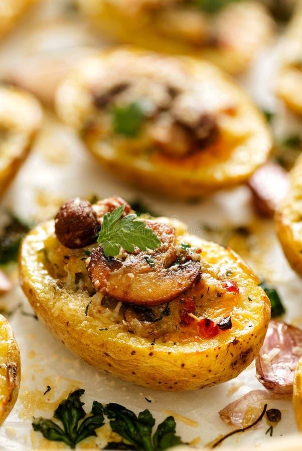 Aardappelen in de schil met paddestoel en kaas worden gevuld die royalty-vrije stock afbeeldingen