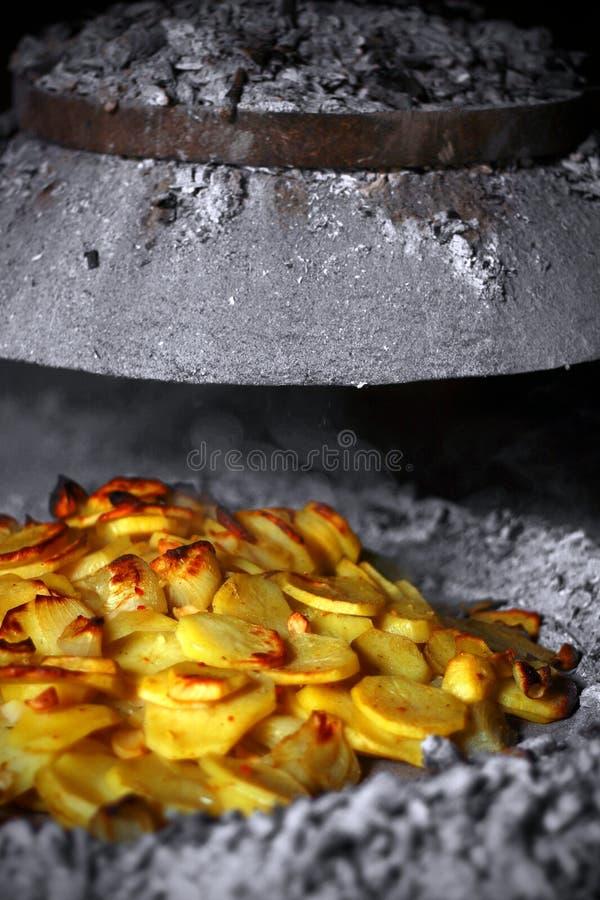 Aardappelen in de schil met uien stock fotografie