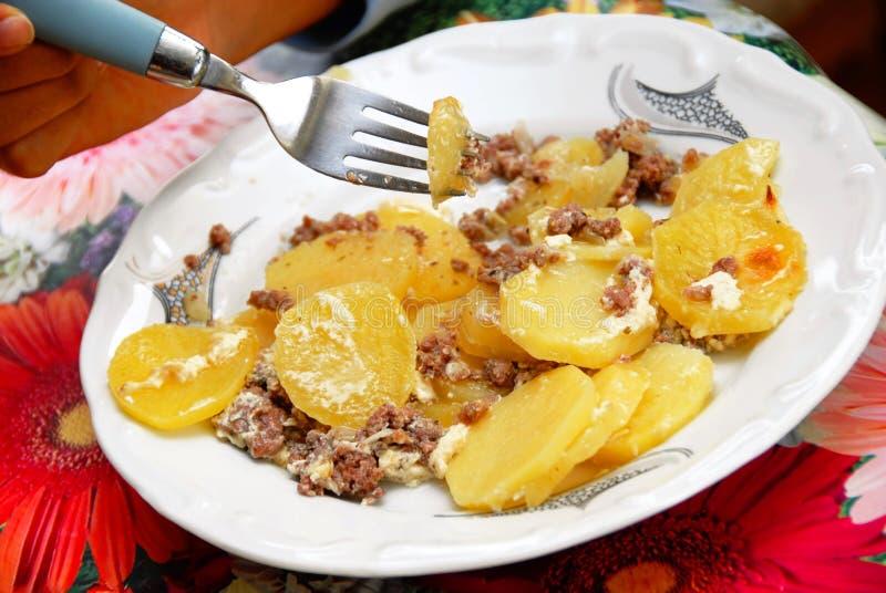 Aardappelen in de schil met vlees in plaat royalty-vrije stock foto's