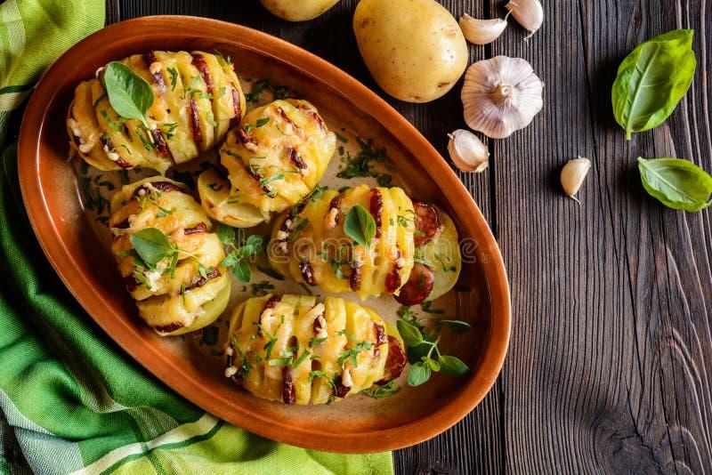 Aardappelen in de schil met worst, kaas, knoflook en kruiden worden gevuld dat stock foto's