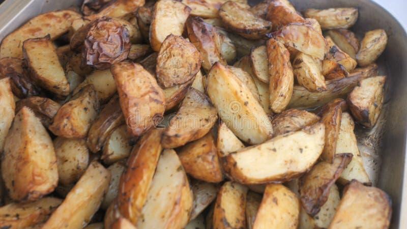 Aardappelen in de schil op de grill Vettig, ongezond, hoog-calorievoedsel voor een partij of een gebeurtenis royalty-vrije stock afbeeldingen