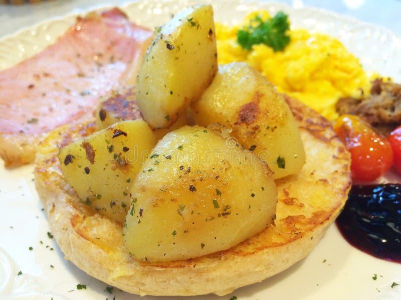 Aardappelen in de schil voor ontbijt royalty-vrije stock foto