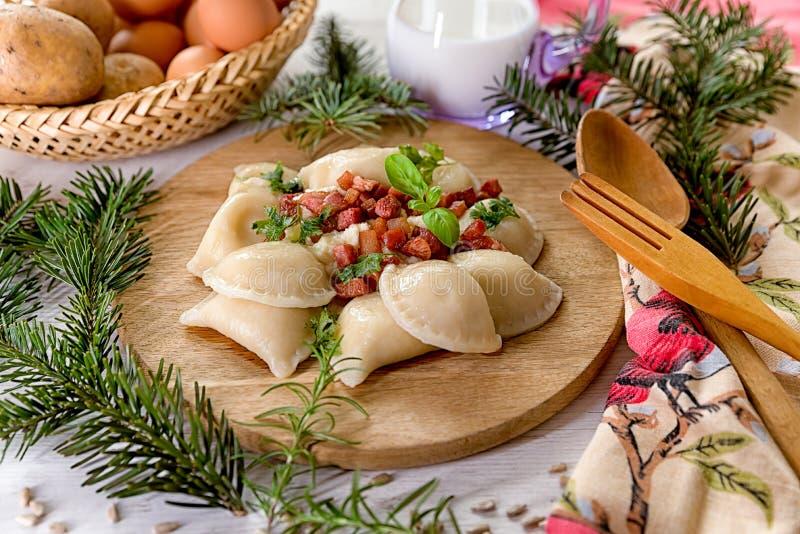 Aardappelgnocchi met schapenkaas wordt gevuld met geroosterd bacon op houten lijst die royalty-vrije stock afbeelding