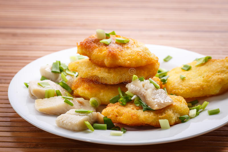 Aardappelpannekoeken met haringen en ui royalty-vrije stock afbeelding