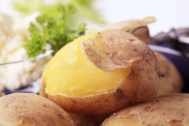 Aardappels die in hun huid worden gekookt stock afbeeldingen