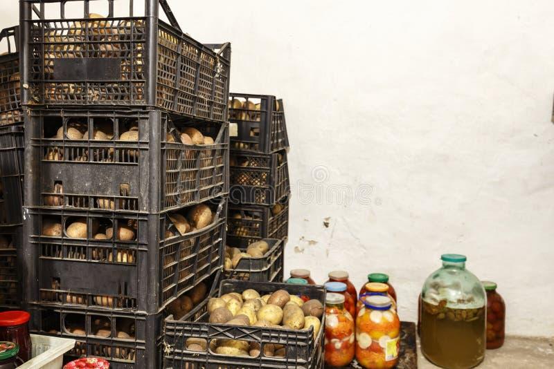 Aardappels in dozen in de kelder stock foto's