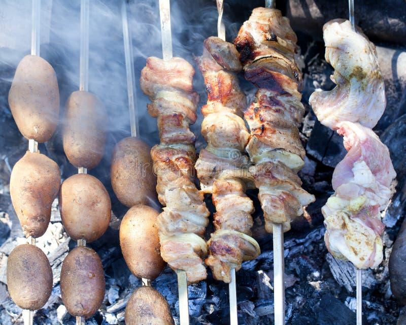 Aardappels en vlees op vleespennen royalty-vrije stock afbeeldingen