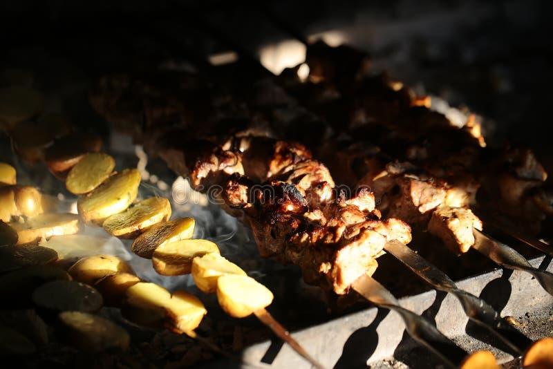 Aardappels en vleesvleespennen stock foto