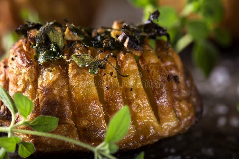 Aardappels met besnoeiingenvet stock fotografie