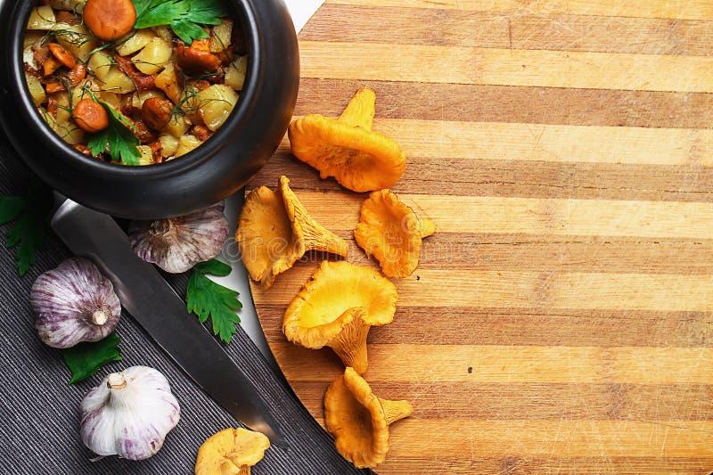 Download Aardappels Met Paddestoelen In Een Kleipot Paddestoelen Van Het Bos Stock Foto - Afbeelding bestaande uit naughty, keuken: 107700640