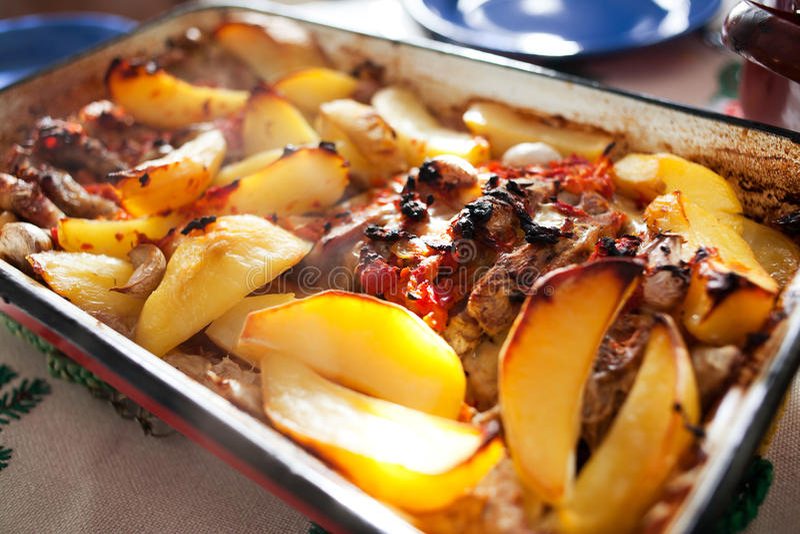 Aardappels met rundvleeslapje vlees stock afbeelding