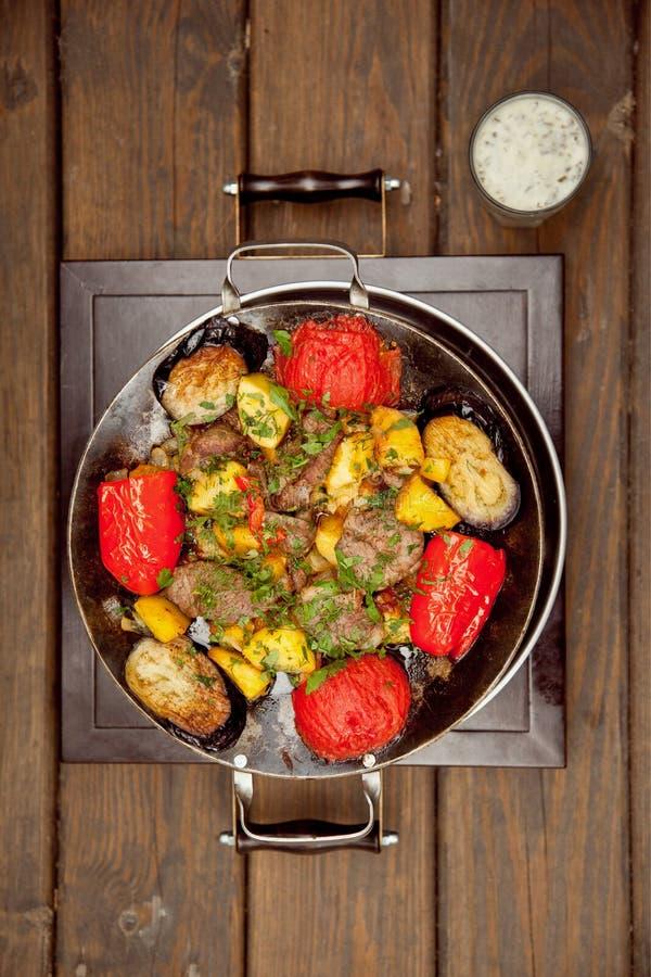 Aardappels met vlees en tomaten stock afbeeldingen